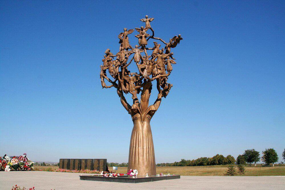 1-Беслан-памятник-«Древо-скорби»1-e1488891239817